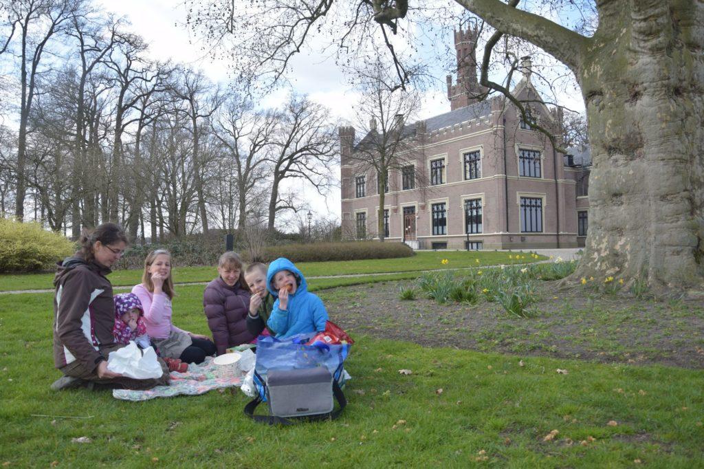 Erna met de kinderen bij kasteel De Schaffelaer in Barneveld